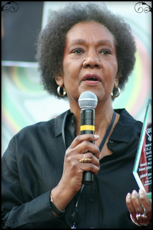 Dr._Frances_Cress_Welsing_receives_Community_Award_at_National_Black_LUV_Festival_in_WDC_on_21_September_2008
